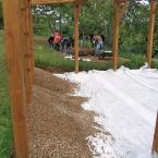 Altán už má podlahu, okolo vznikají záhony (29. května 2013)